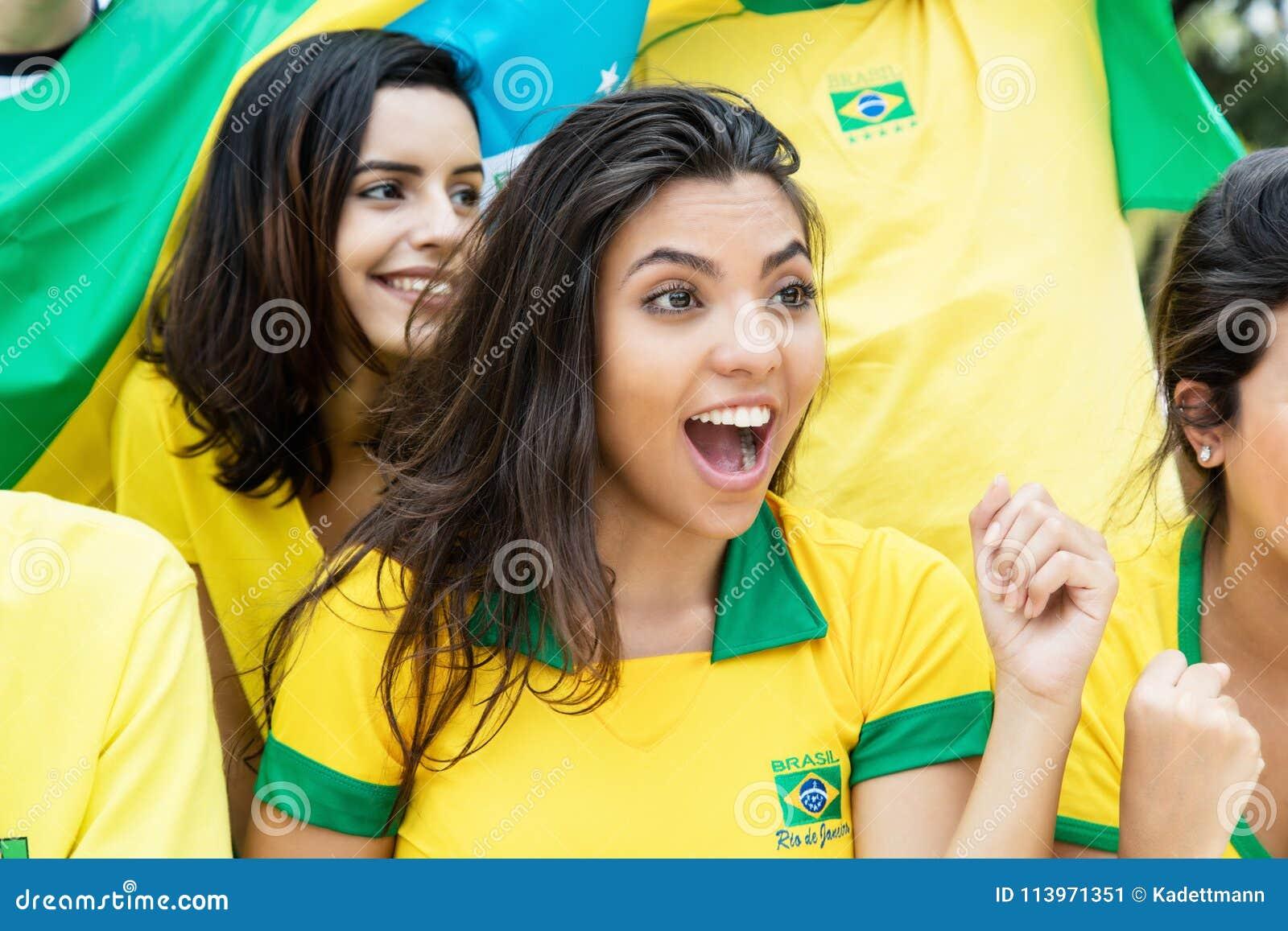 Kobieta od Brazylia z innymi brazylijskimi piłek nożnych fan przy stadium