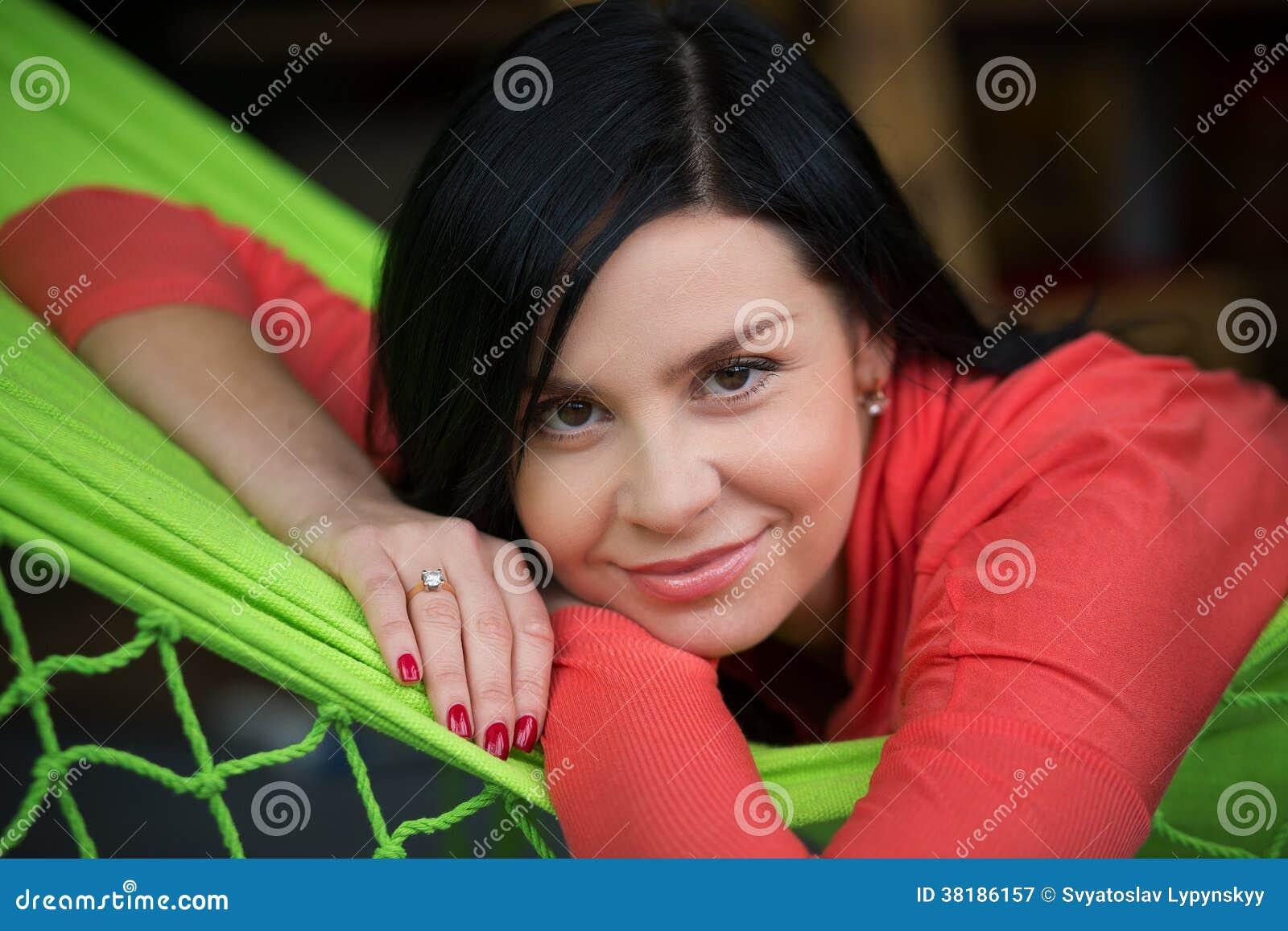 Kobieta odpoczynek w hamaku