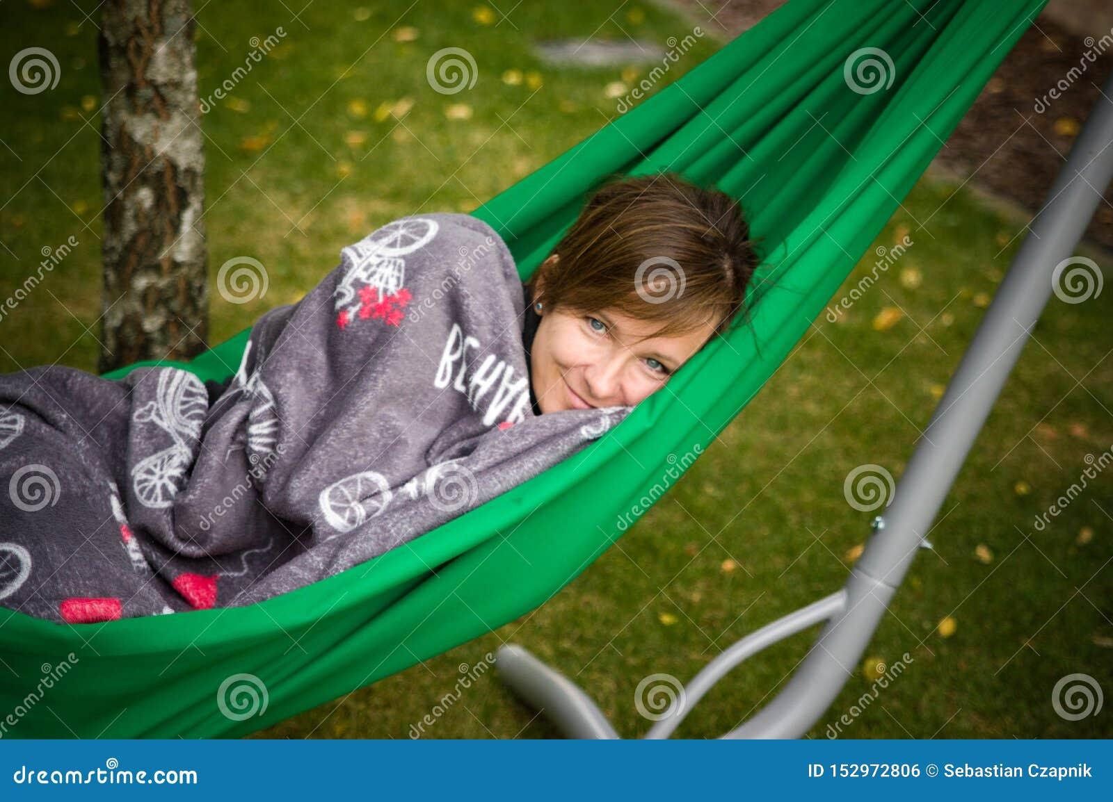 Kobieta odpoczywa w zielonym hamaku