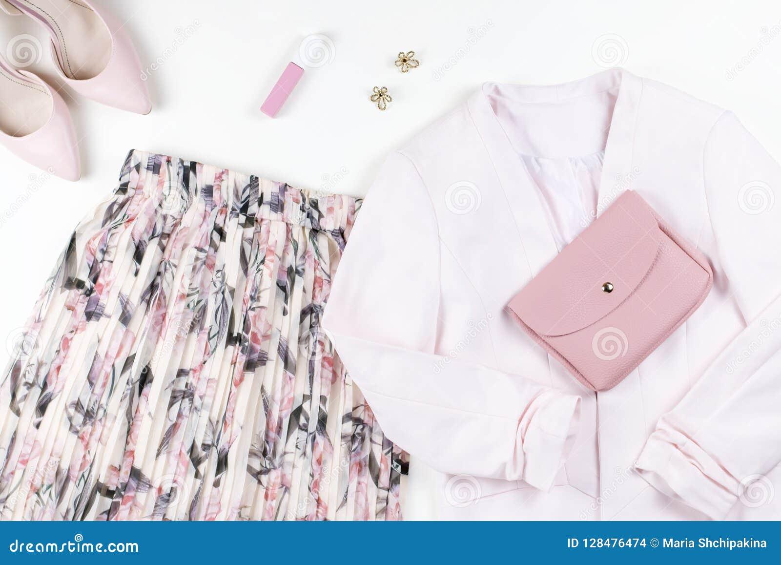 Kobieta odzieżowa i akcesoria - spódnica, kurtka, buty w pastelowych menchiach barwi