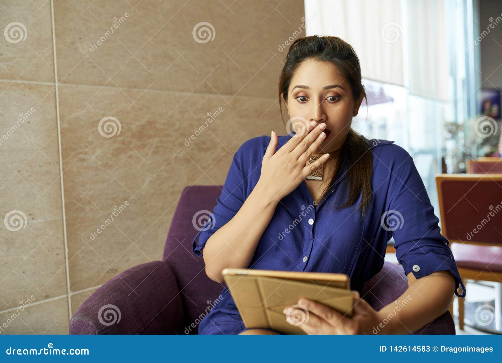 Kobieta ogląda szokującą zawartość