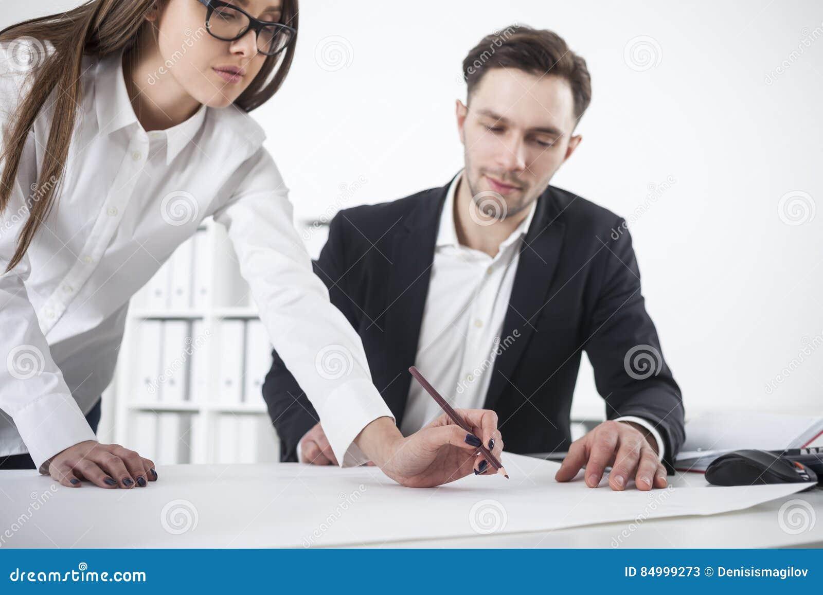 Kobieta opiera above stół, obsługuje patrzeć