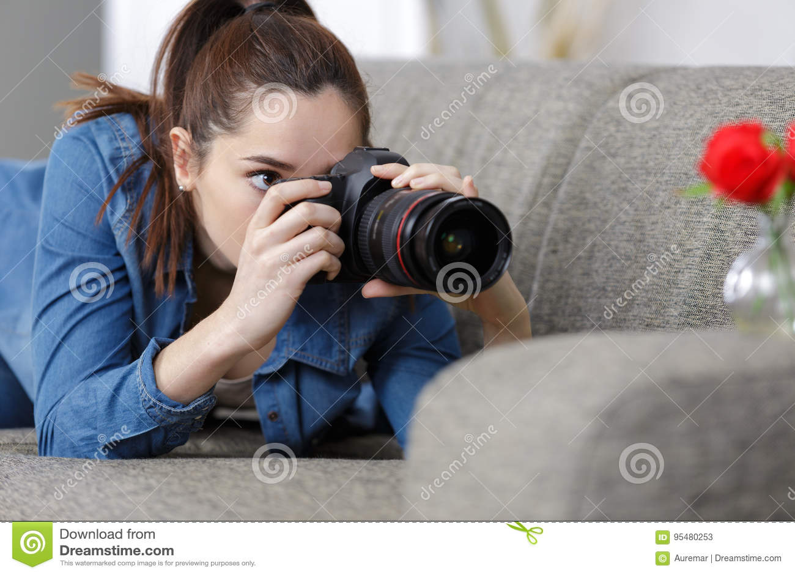 Kobieta opowiada fotografię z dslr fotografii kamerą
