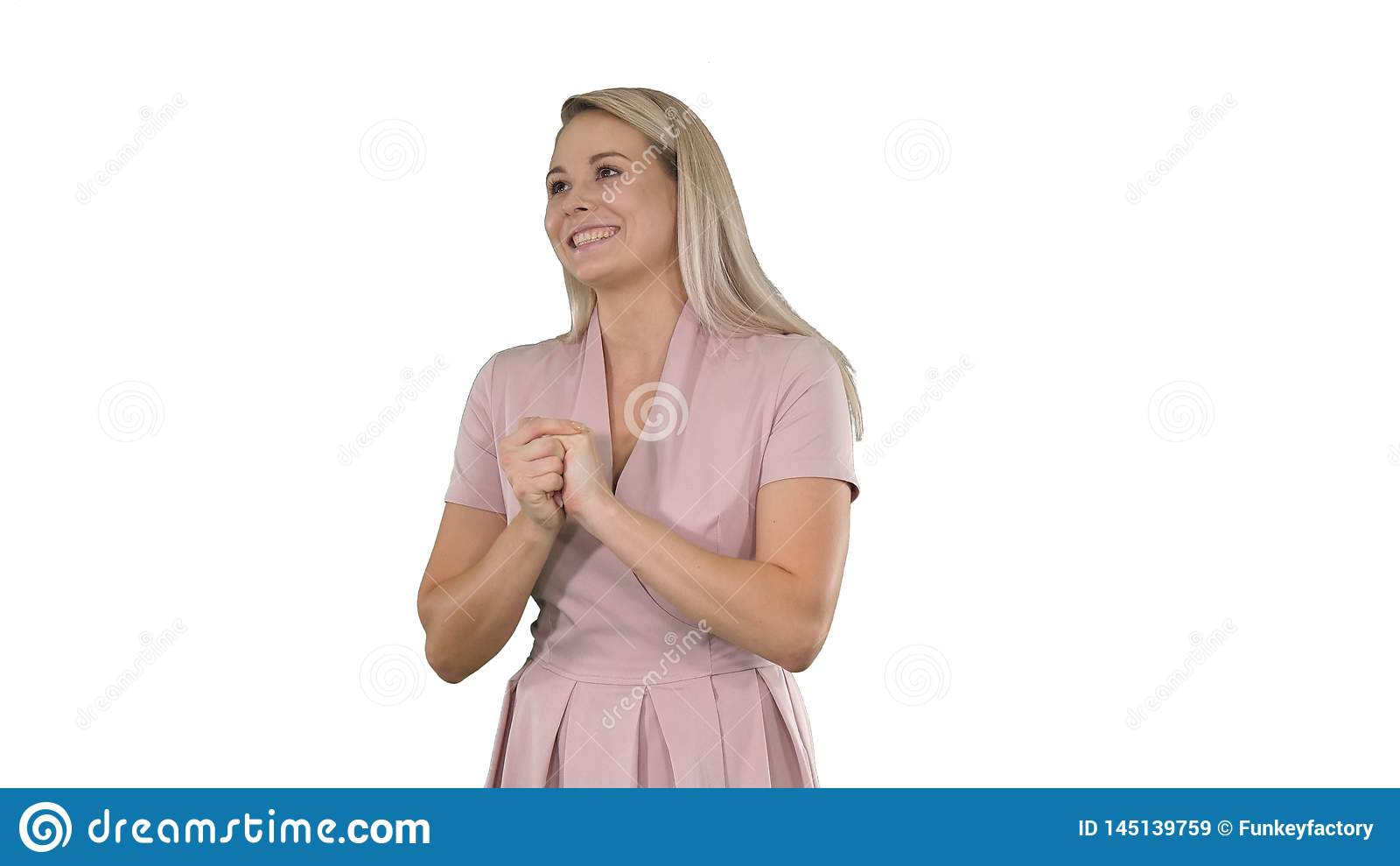 Kobieta opowiada kamera na bia?ym tle w menchiach
