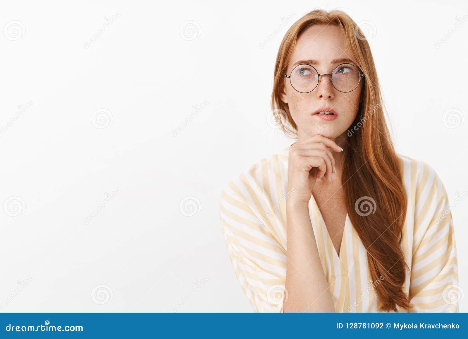 Kobieta pamięta rozkład podczas gdy planistyczna następna praca dnia pozycja skupiał się i zdumiony w modnych szkłach patrzeje