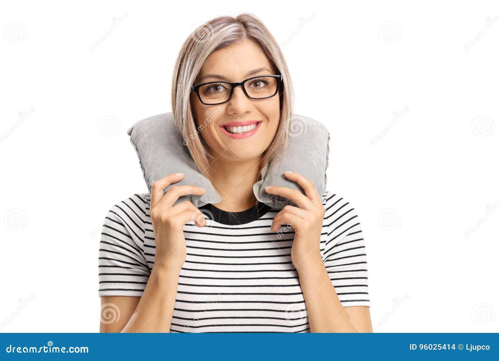 Kobieta patrzeje kamerę z szyi poduszką