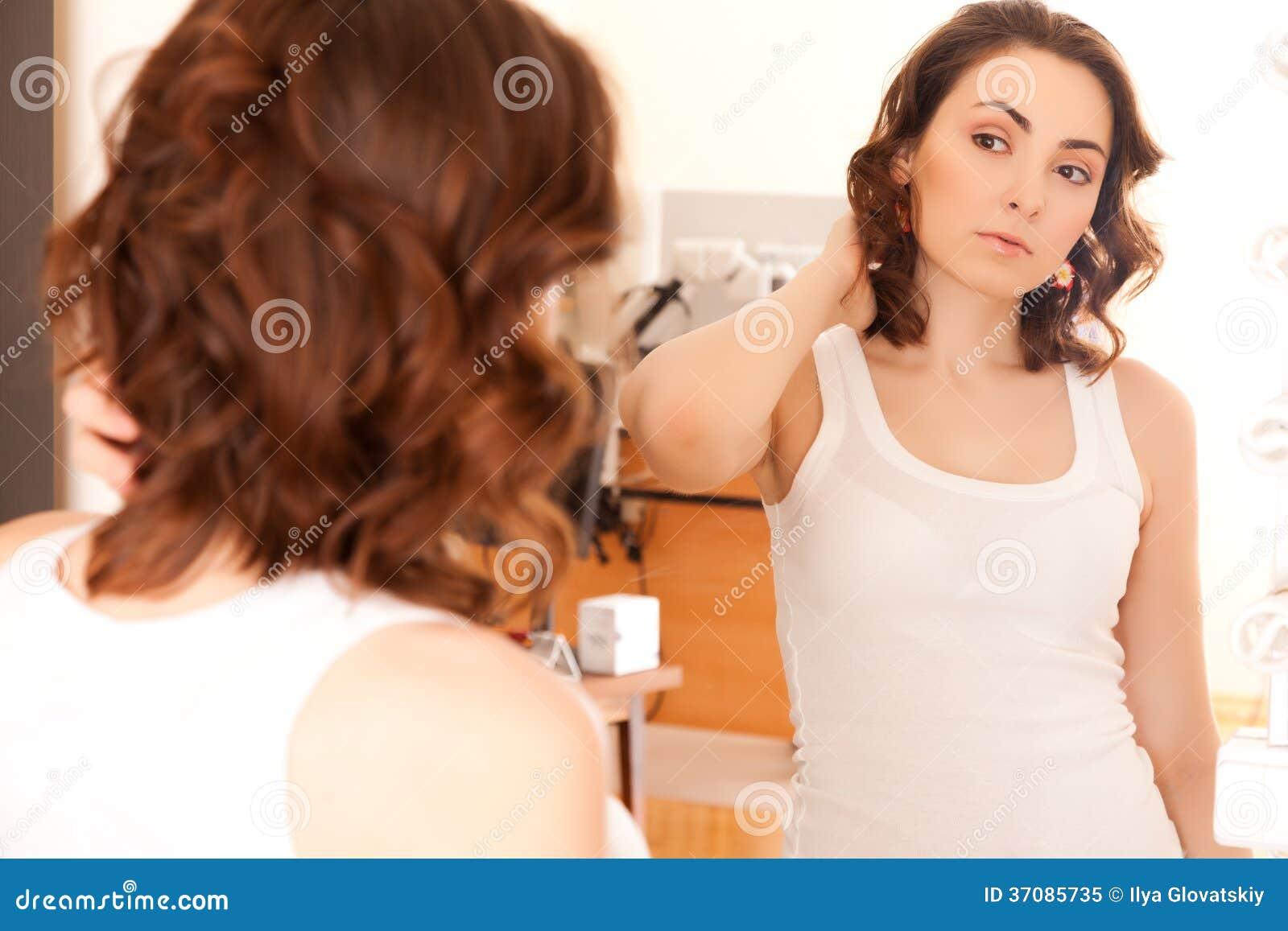 Download Kobieta patrzeje lustro obraz stock. Obraz złożonej z facial - 37085735