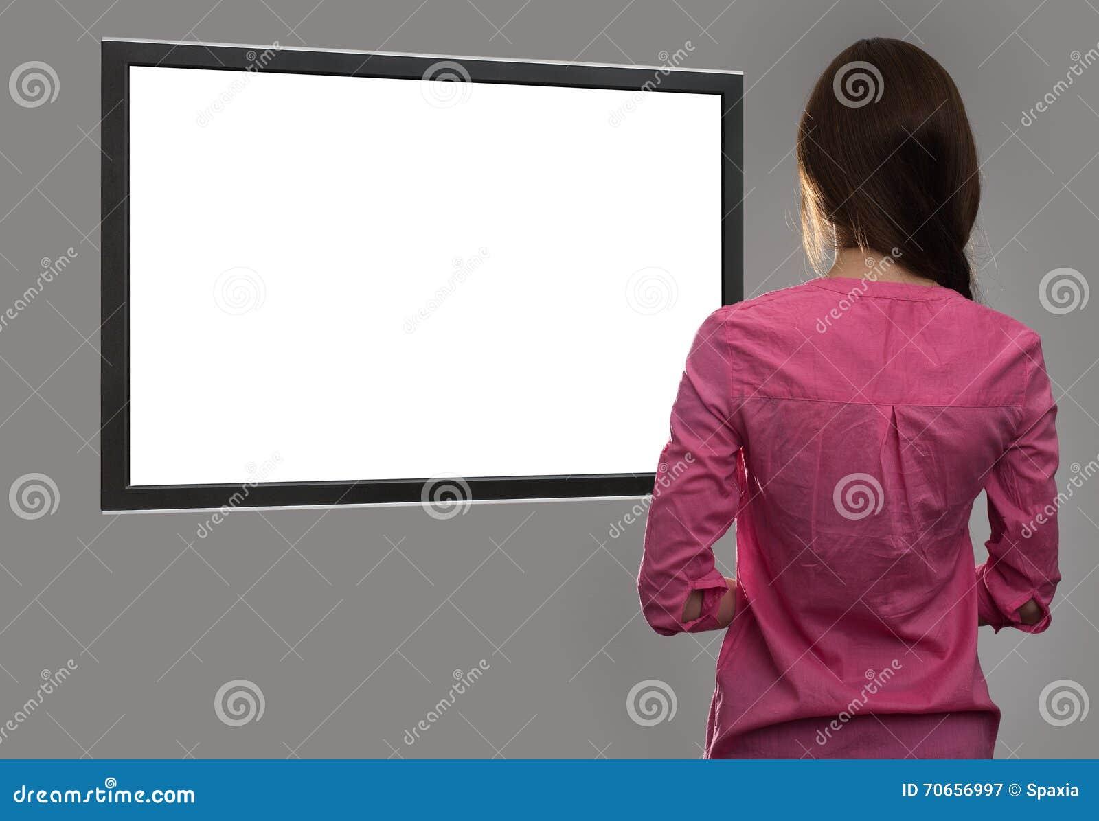 Kobieta patrzeje pustego miejsca tv ekran