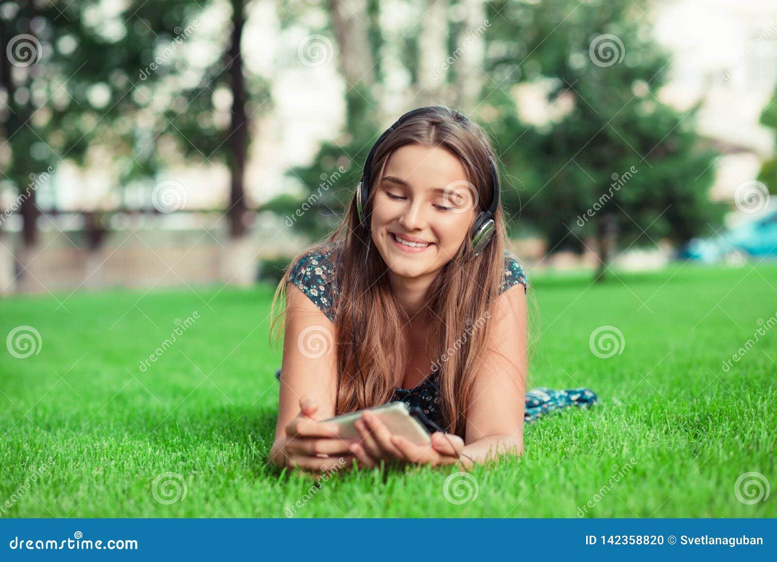 Kobieta patrzeje telefon kom