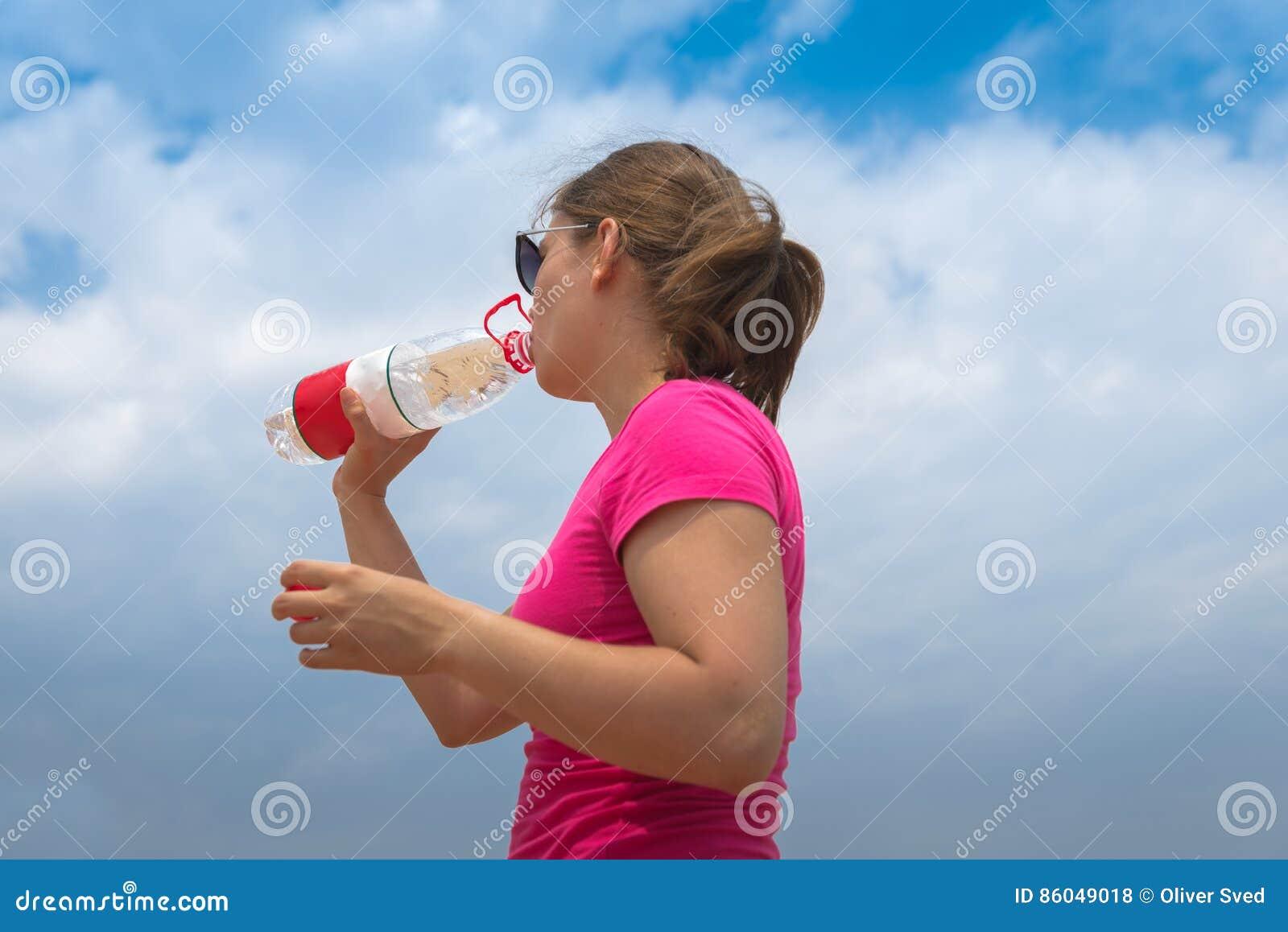 Kobieta pije czystą wodę