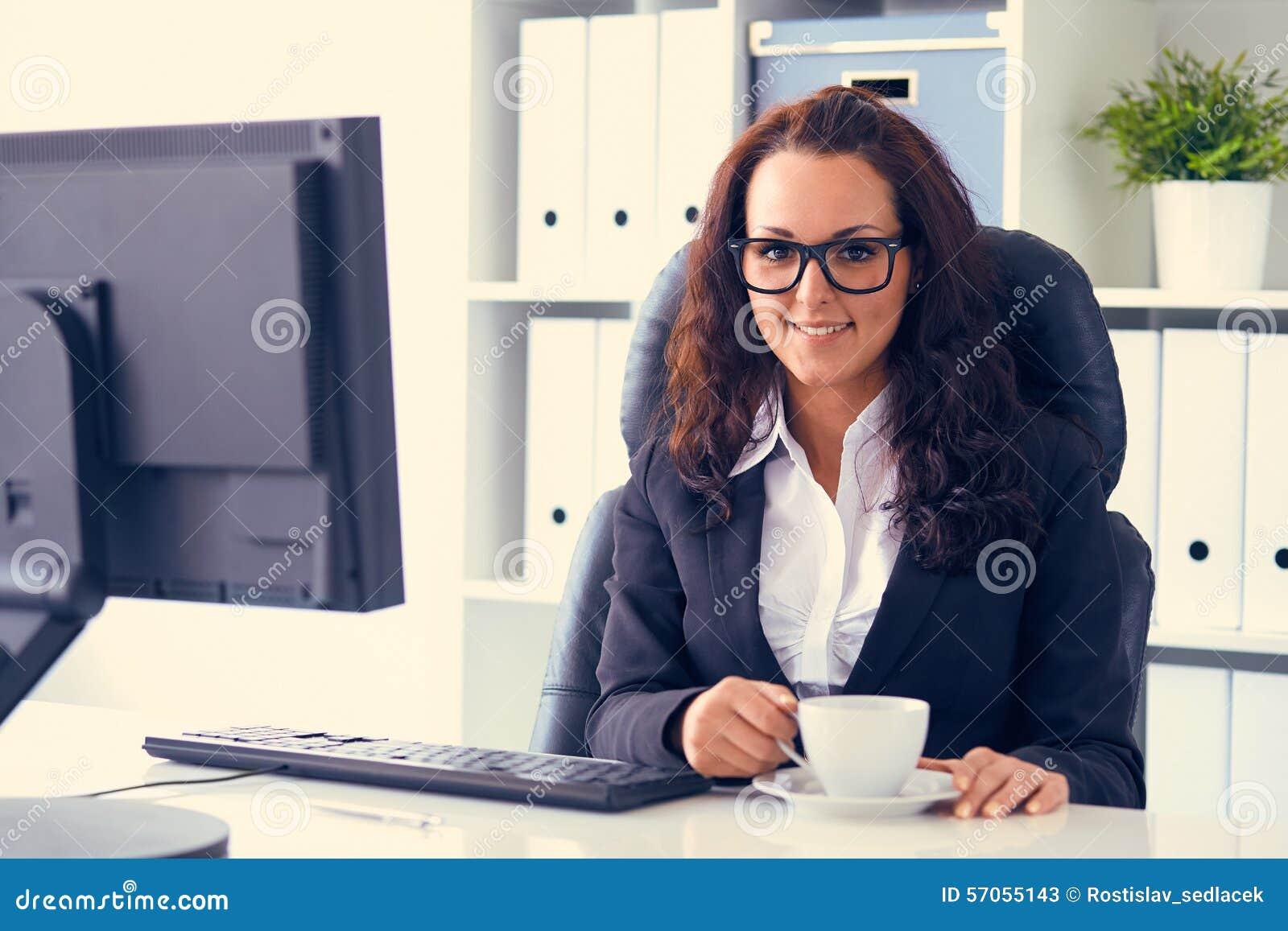 Kobieta pije kawę w biurze