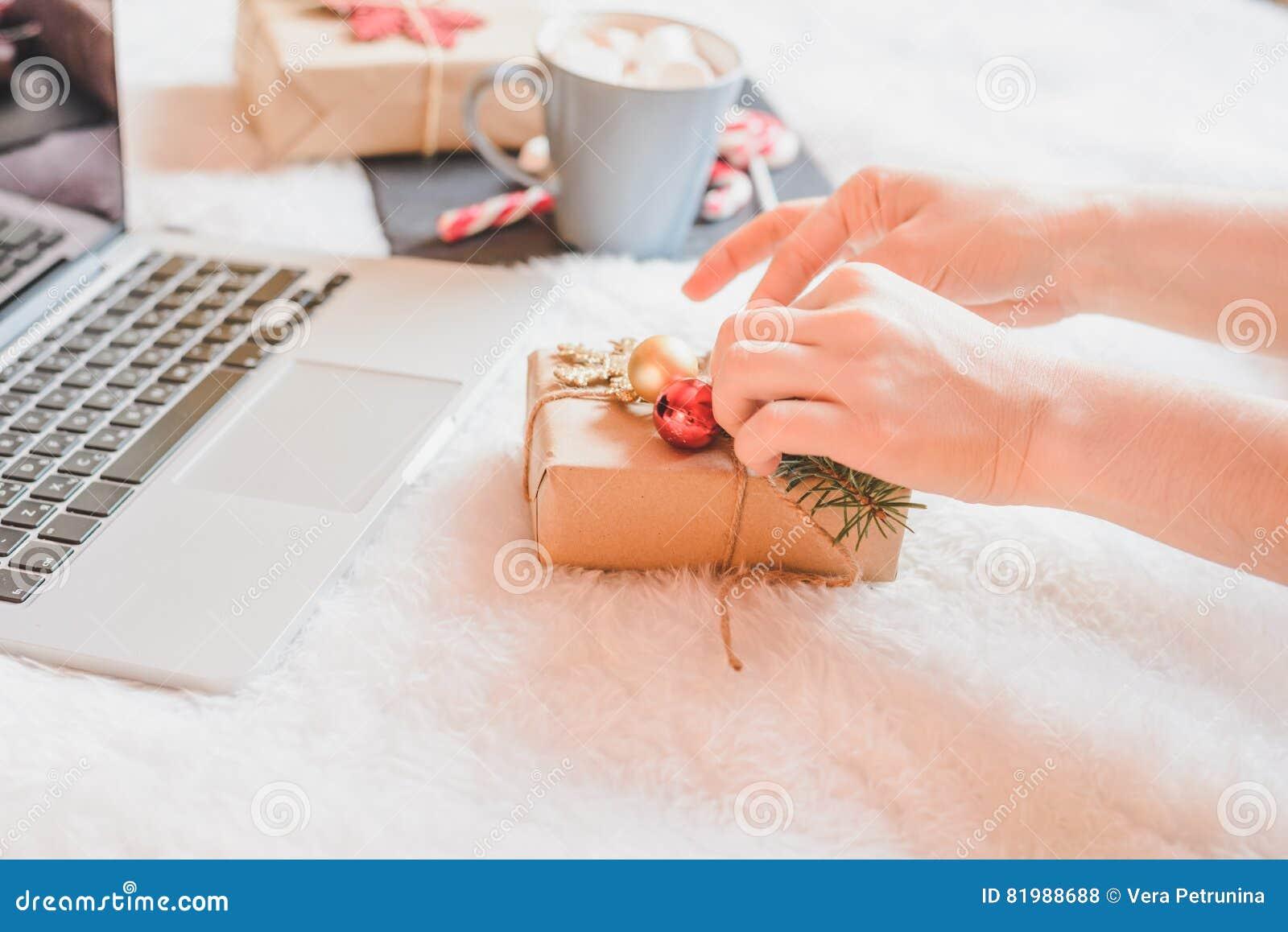 Kobieta pije kawę w jej łóżku w domu