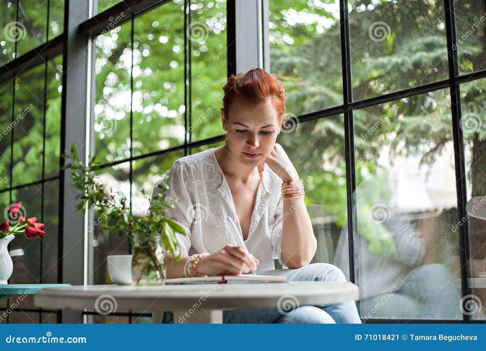 Kobieta pisze w notatniku