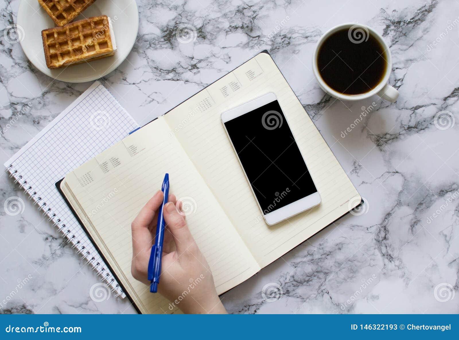 Kobieta planuje dzień, kawa, gofry, marmurowy tło, smartphone