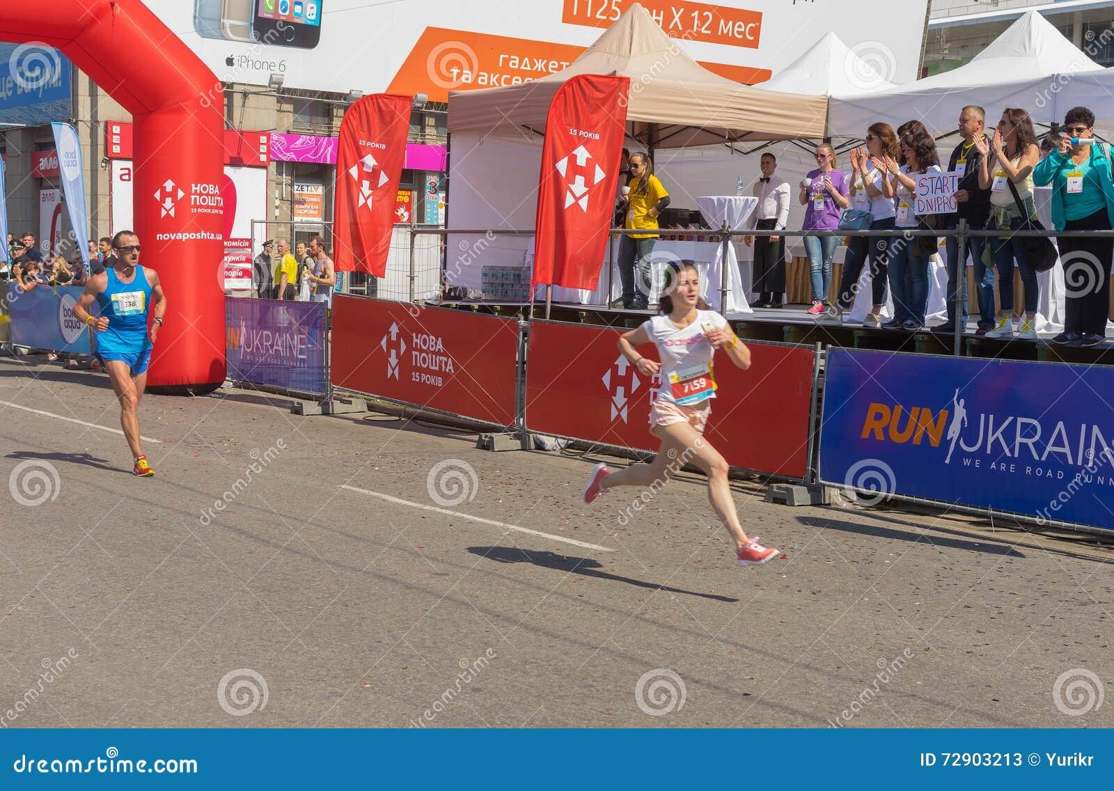 Kobieta pośpiech meta podczas Interipe Dnipro Przyrodniej Maratońskiej rasy na miasto ulicie