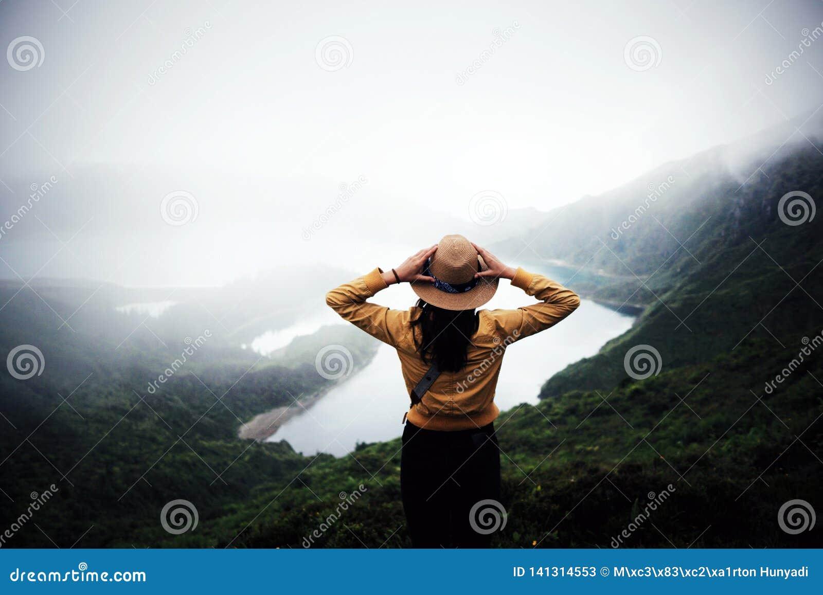 Kobieta podróżnik w Azores