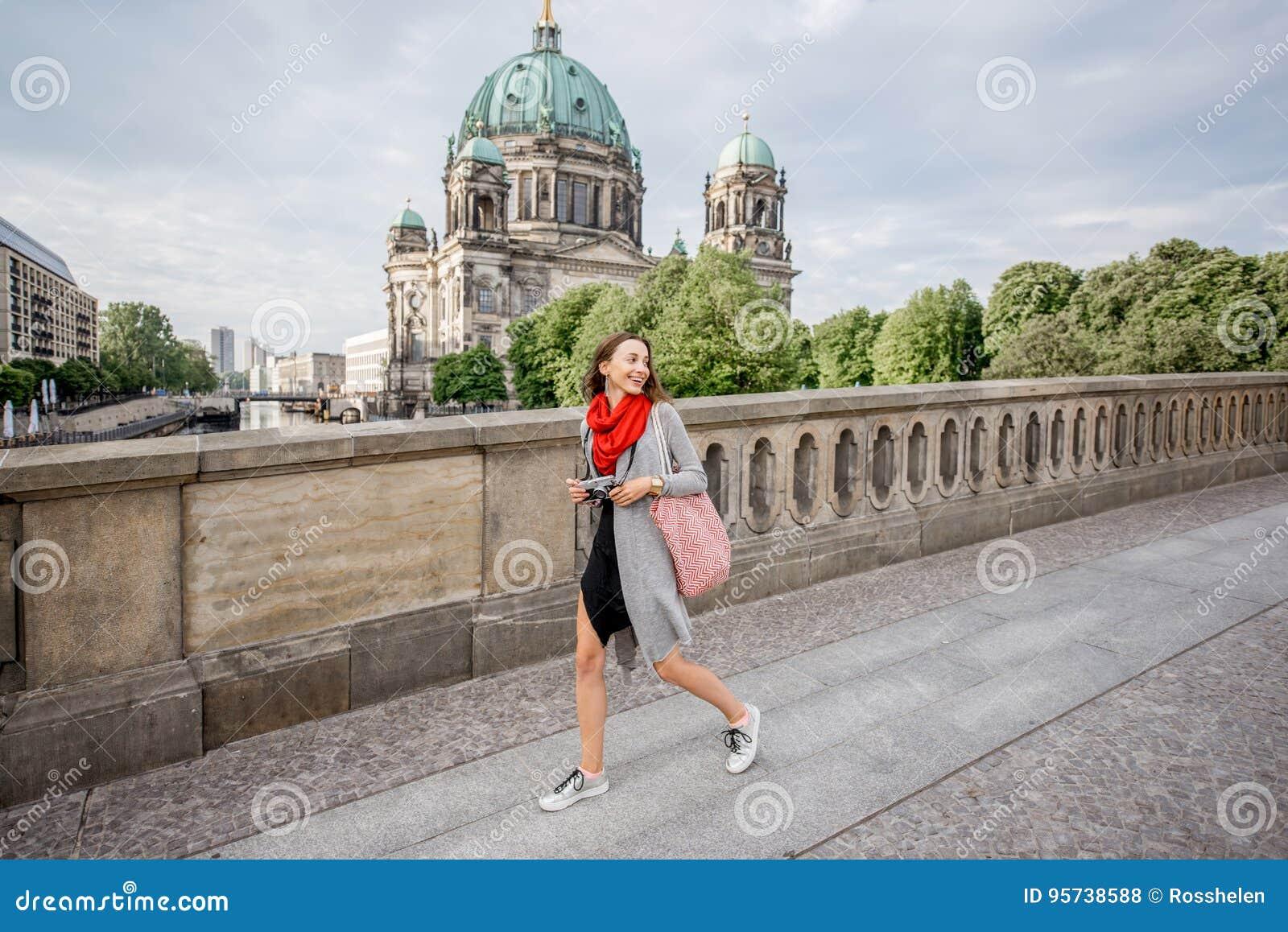 Kobieta podróżuje w Berlin