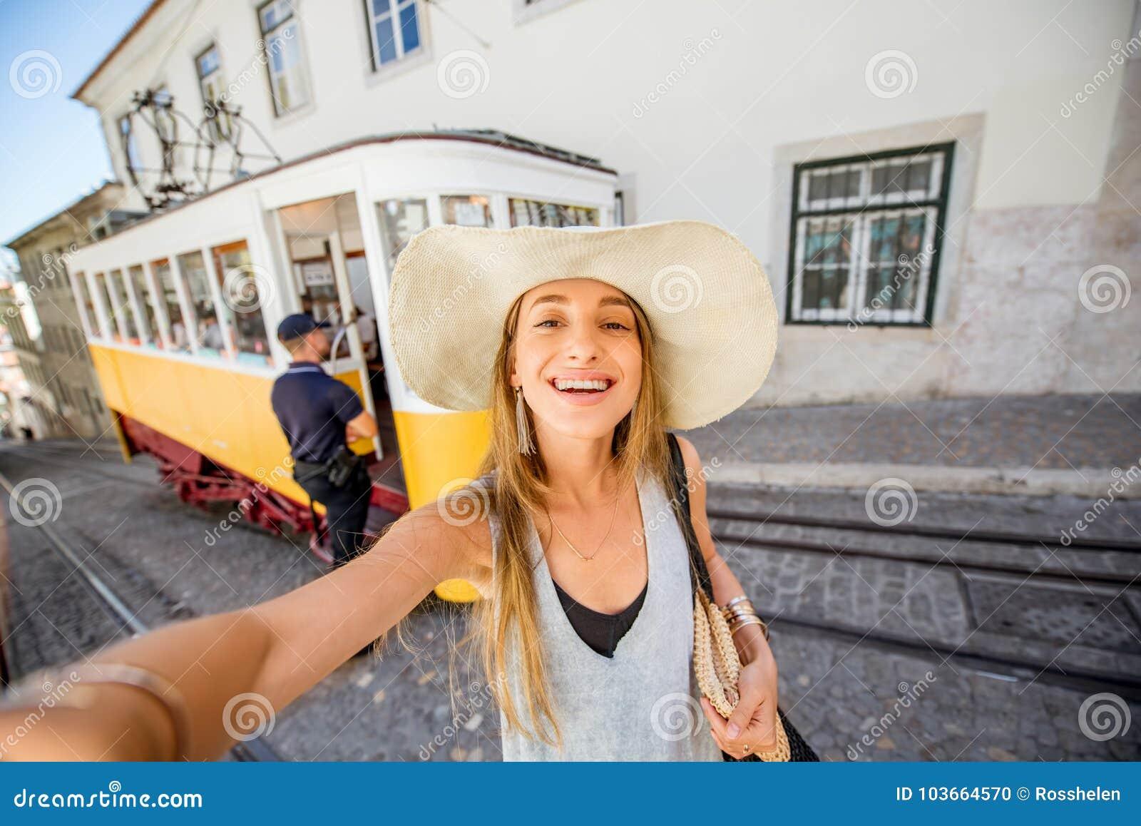 Kobieta podróżuje w Lisbon, Portugalia
