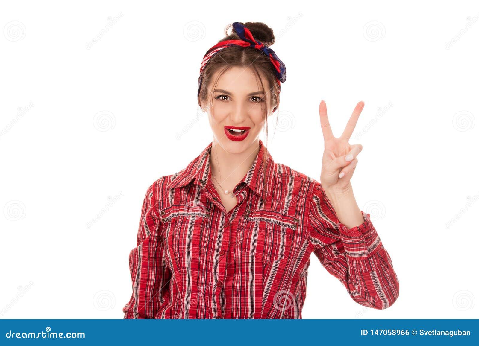 Kobieta pokazuje i wskazuje w górę palców numer dwa z