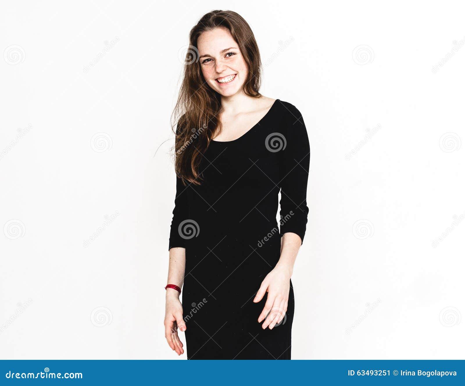 Kobieta portret w czerni sukni studiu pozuje z długie włosy atrakcyjny odosobnionym na bielu