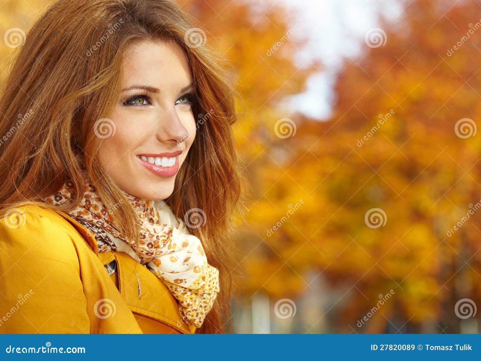 Kobieta portret w jesień kolorze