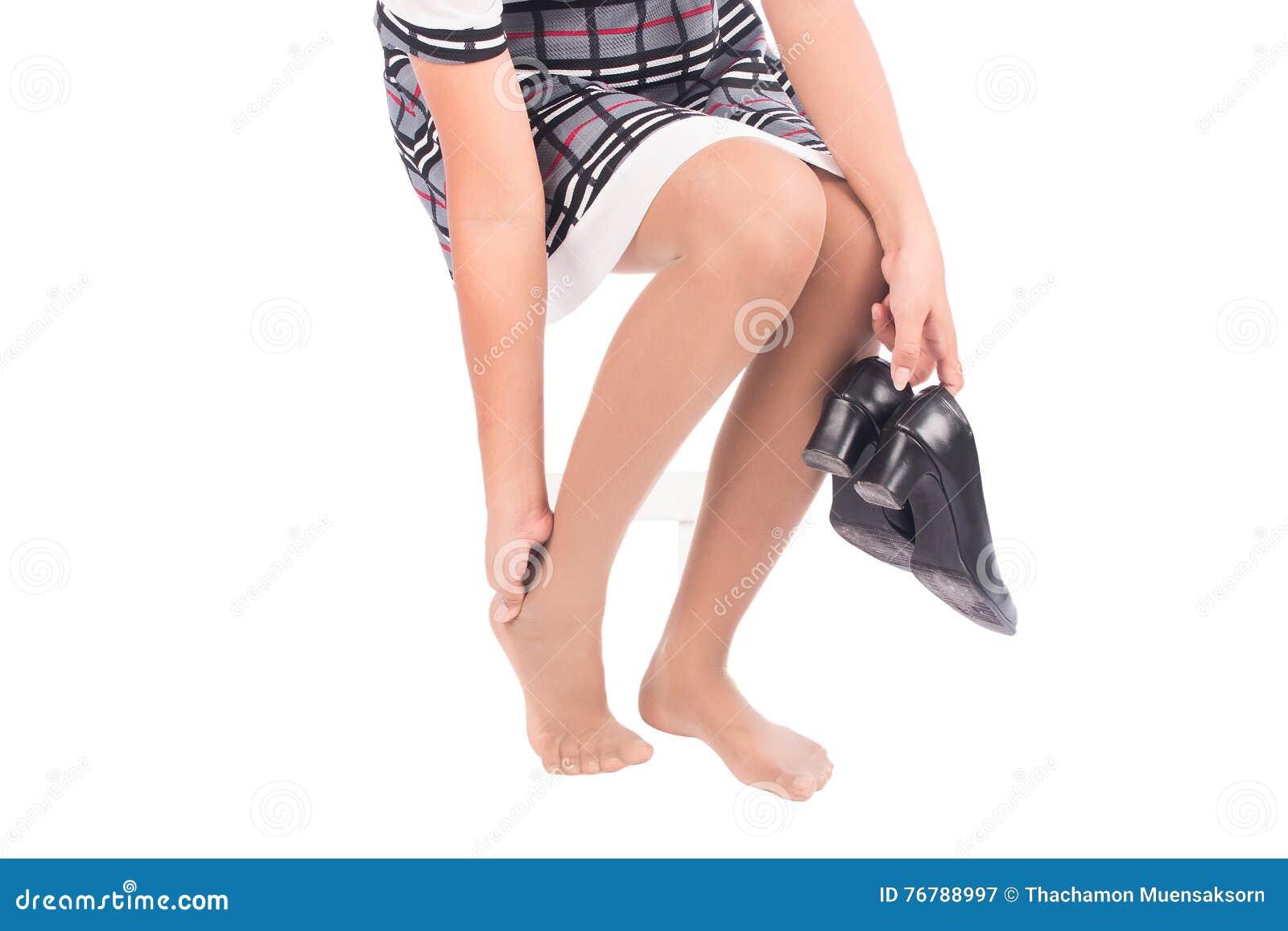 Kobieta pracująca trzyma jej kaleczenie kostkę