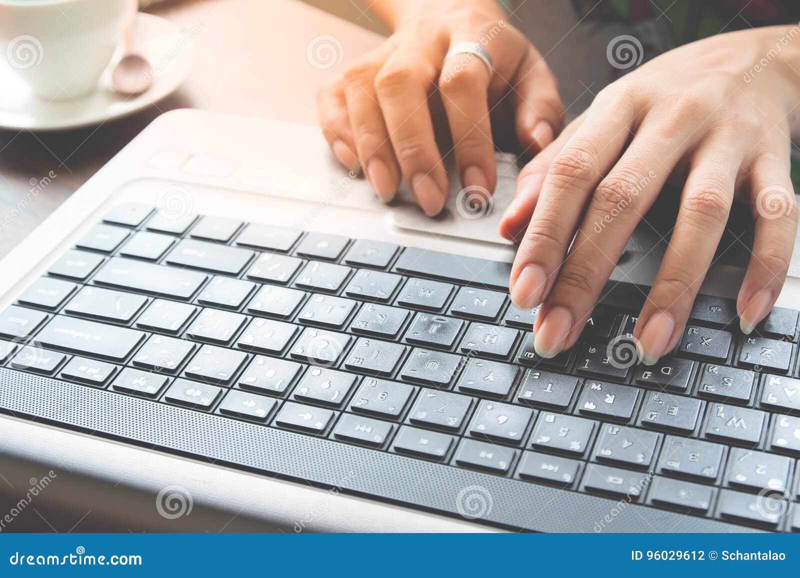Kobieta pracująca używa laptop
