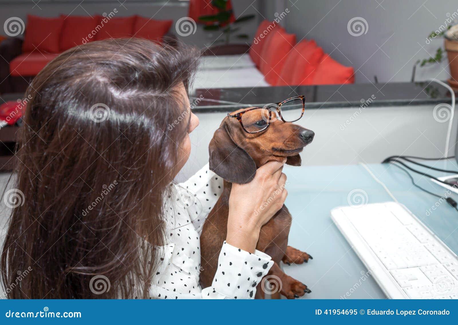 Kobieta pracuje na komputerowym whit psie