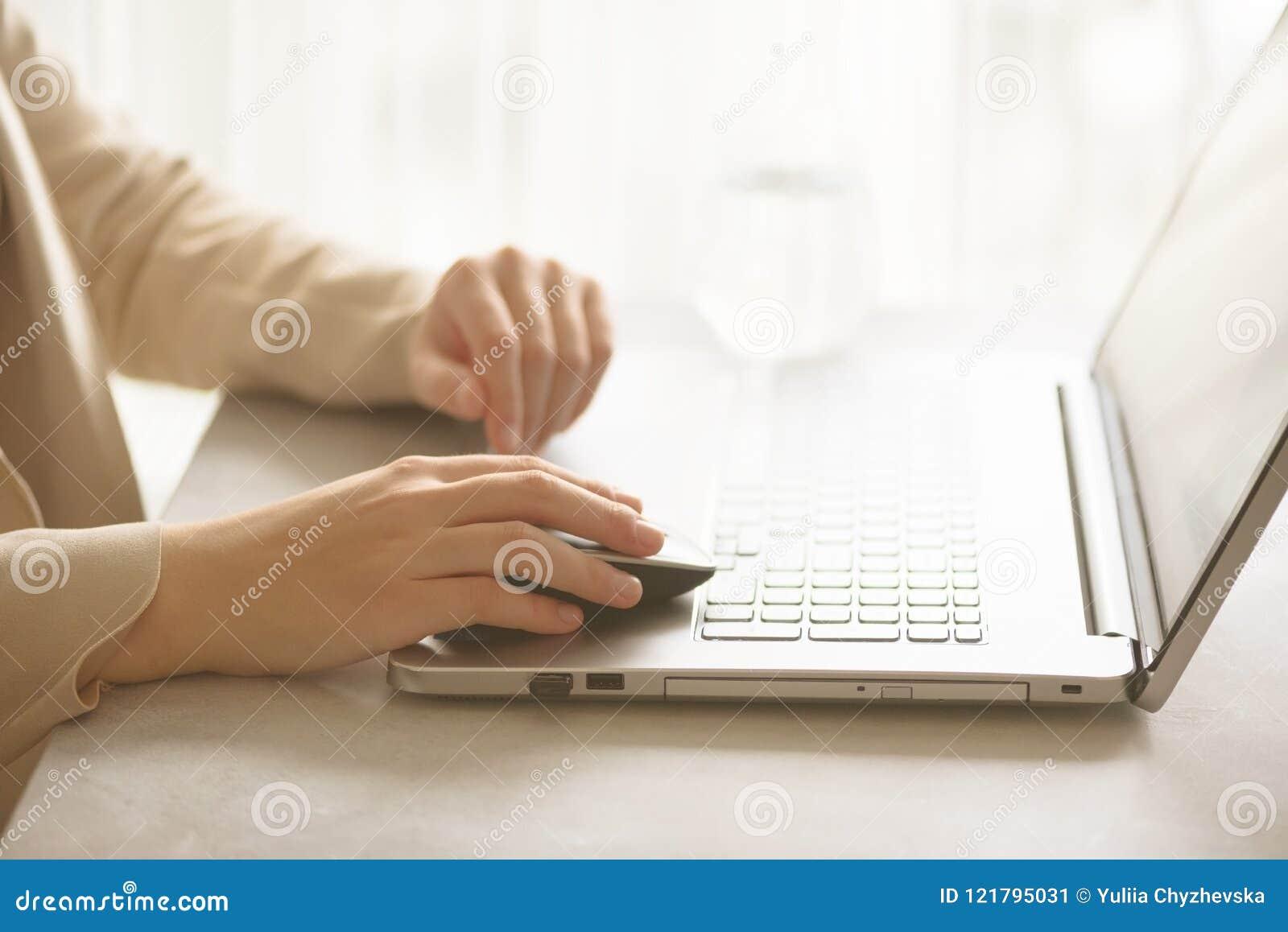 Kobieta pracuje na komputeru zakończeniu up Kobieta wręcza pisać na maszynie na klawiaturze laptop, online zakupy szczegół Biznes