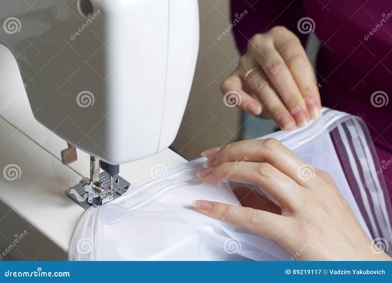 Kobieta pracuje na szwalnej maszynie Szy zasłony na okno