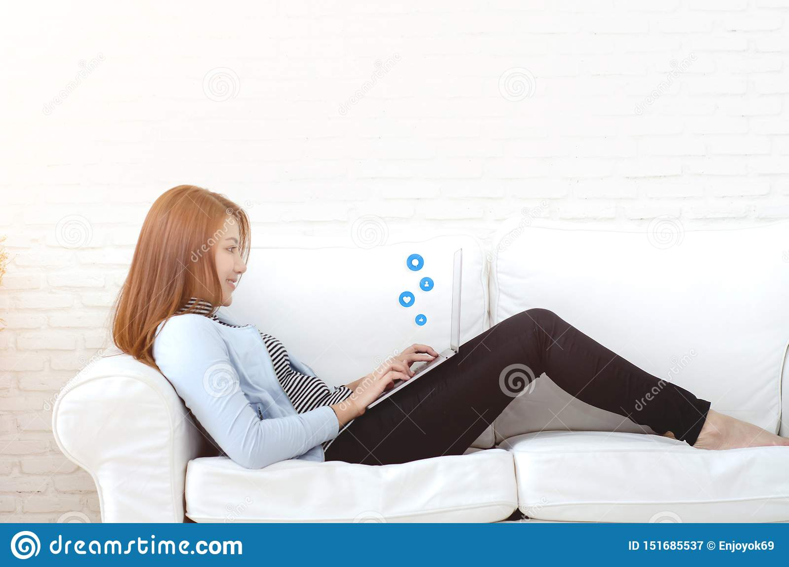 Kobieta pracuje w jej pokoju