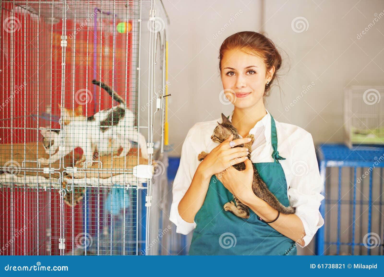Kobieta pracuje w zwierzęcym schronieniu