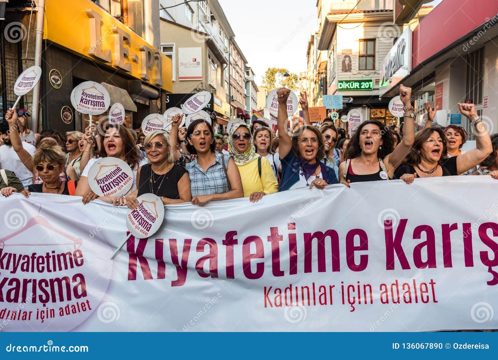 Kobieta protestujący zbierają w kadikoy przeciw ingerować kobiety odziewają