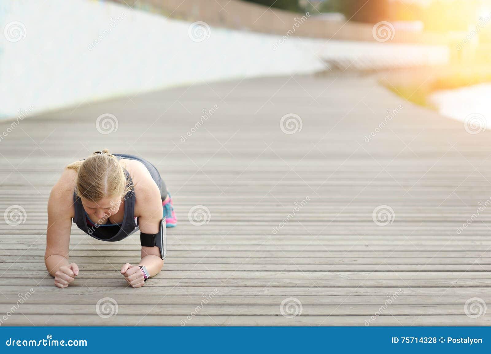 Kobieta przed trenować Sprawność fizyczna cele dokonują