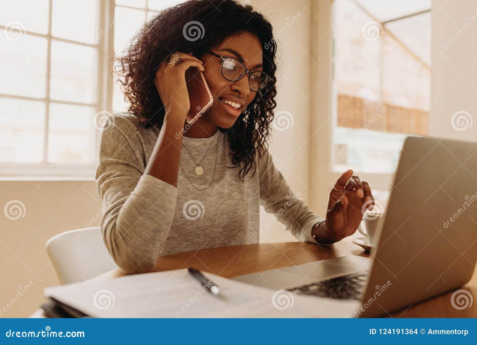 Kobieta przedsiębiorcy dyrekcyjny biznes od domu z telefonem komórkowym