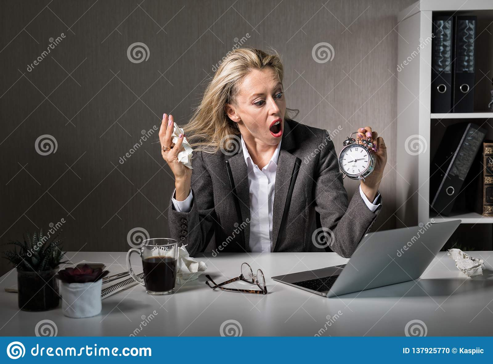 Kobieta przy biurem w stresie o ostatecznym terminie