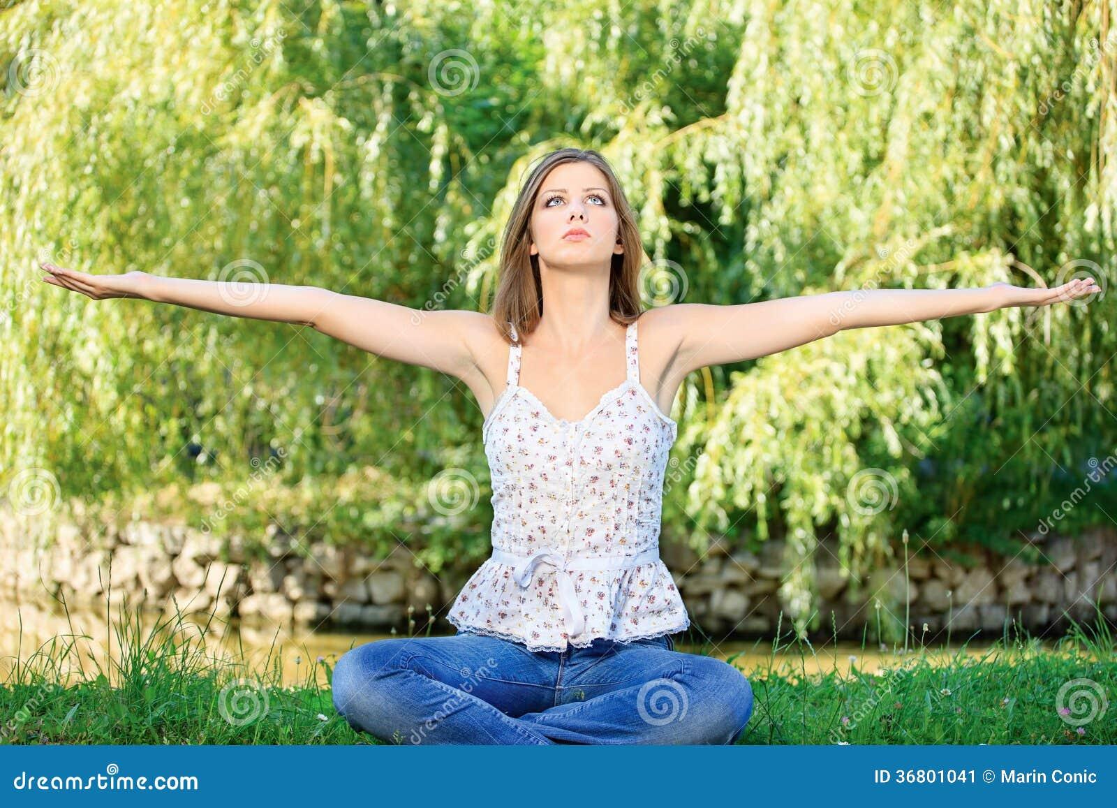 Kobieta przy medytacją plenerową