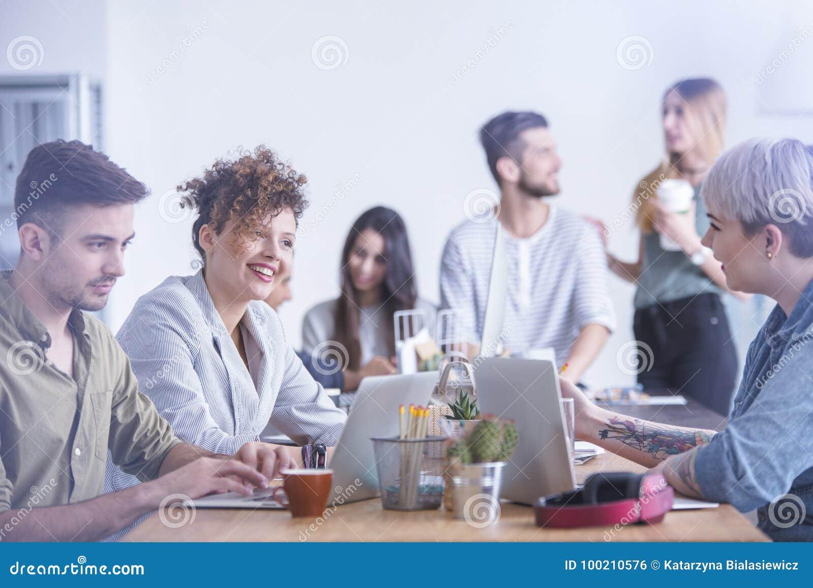 Kobieta przyjaciół śmiać się