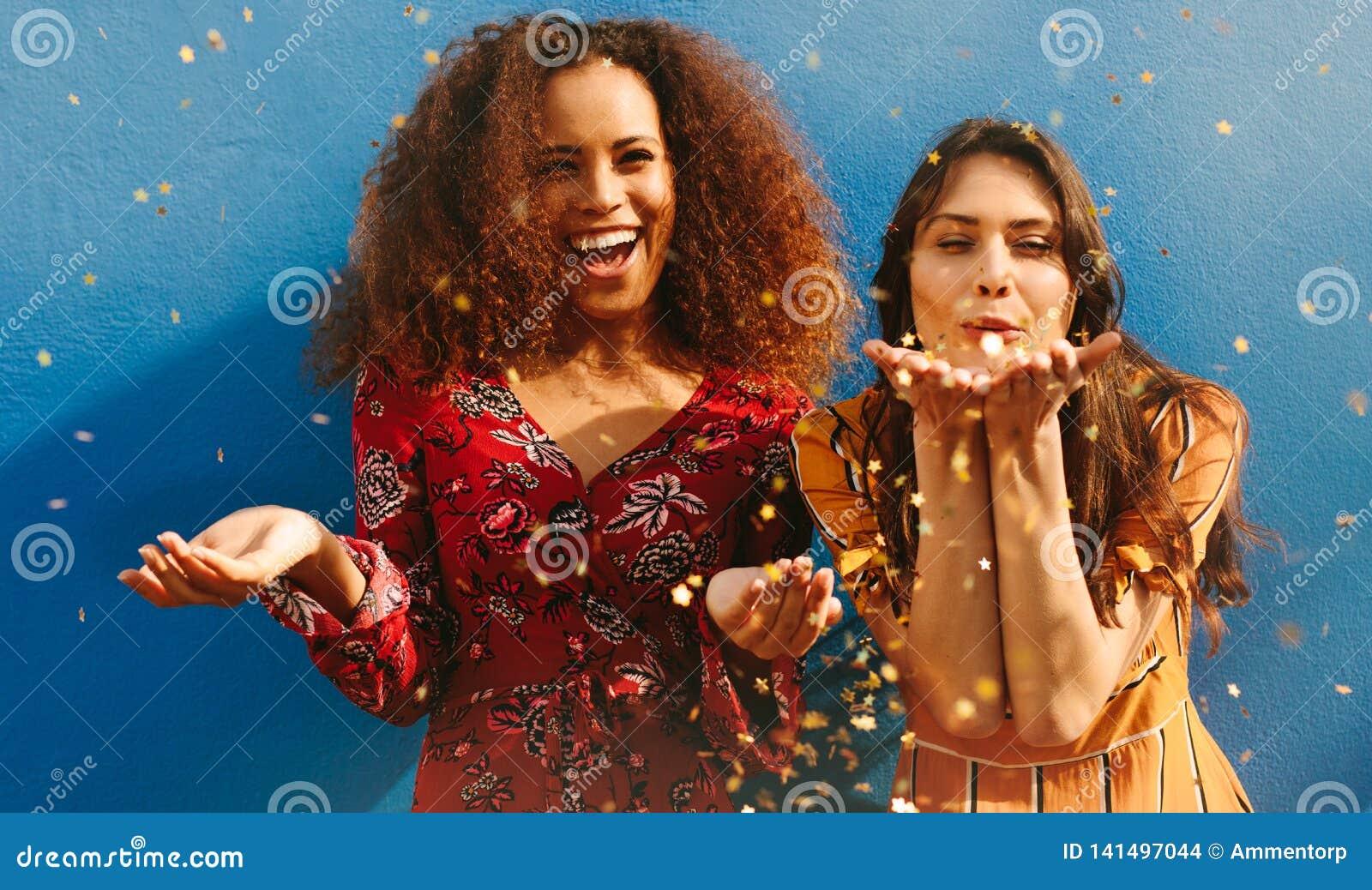 Kobieta przyjaciele ma zabawę z błyskotliwość