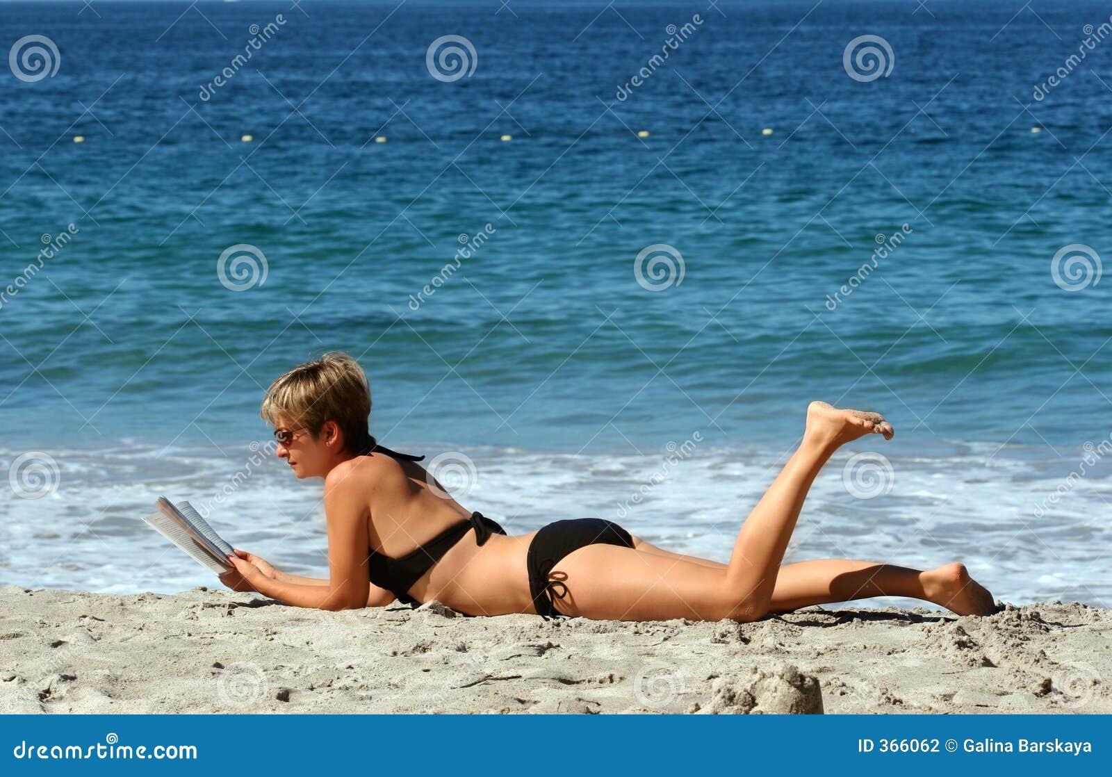 Kobieta relaksująca plażowa