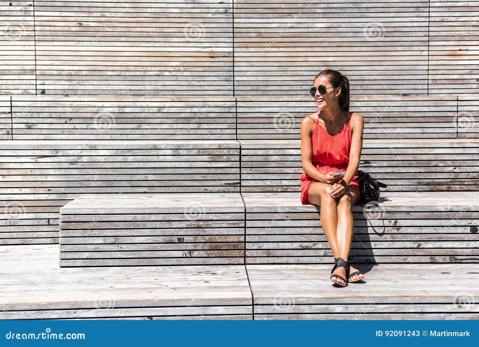 Kobieta relaksuje na ławce na Wysokiej linii w Nowy Jork
