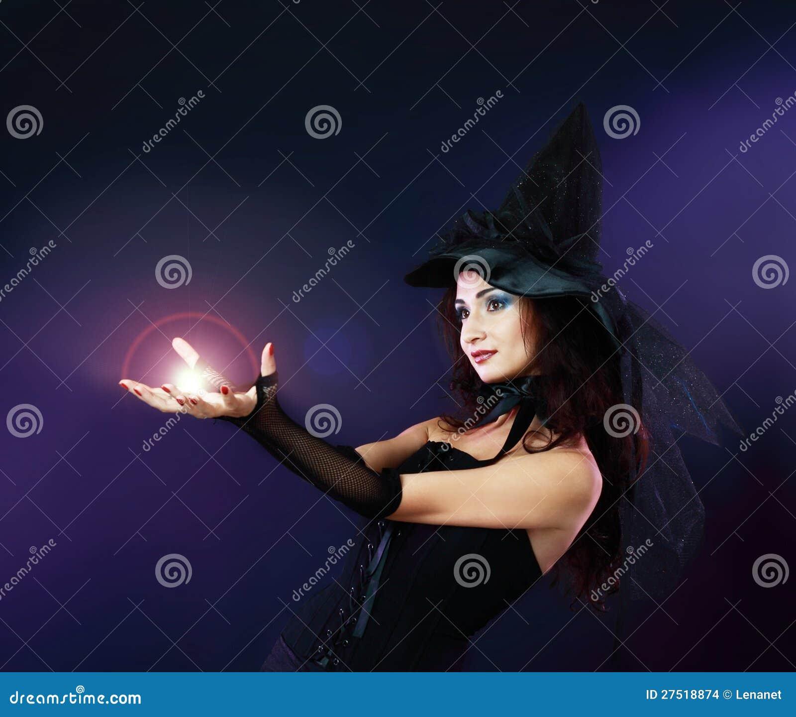 Kobieta robi czary z magiczną kulą ognistą