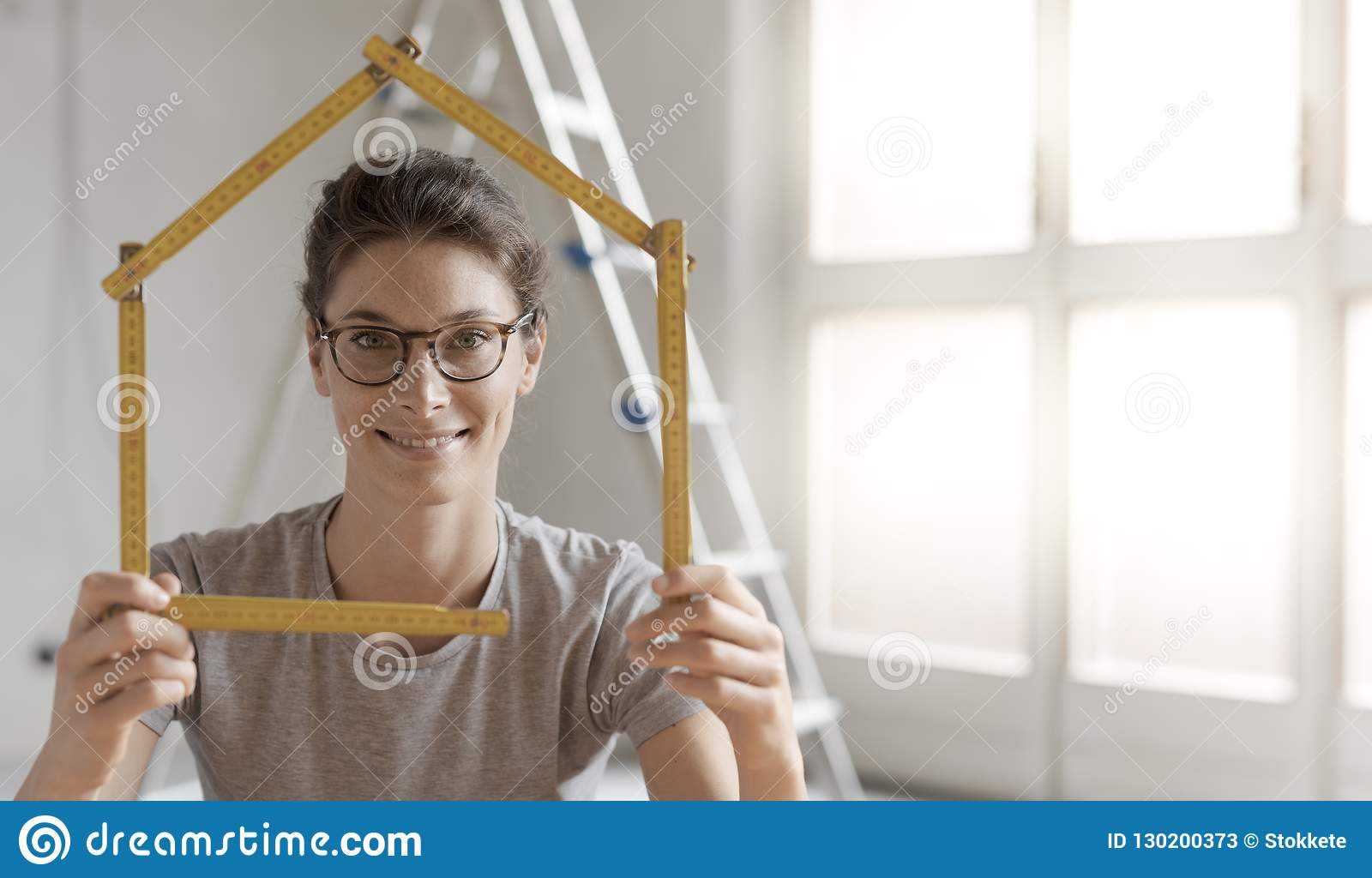 Kobieta robi domowemu kształtowi z falcowanie władcą