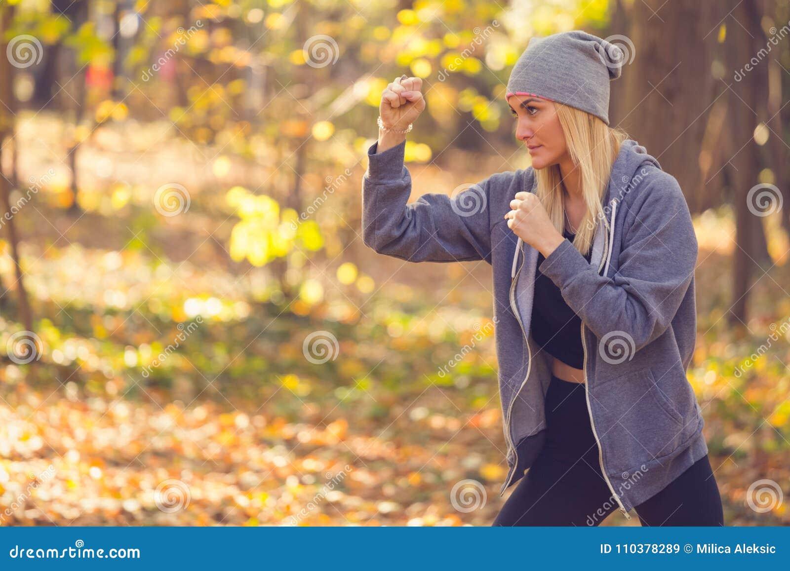 Kobieta robi kopnięcie boksowi dla rozgrzewkowy up lub ma władzy szkolenie