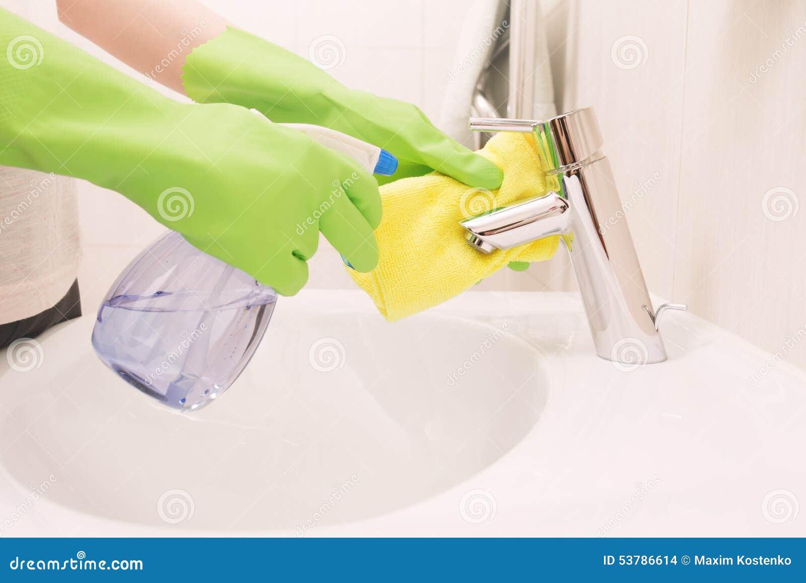Kobieta robi obowiązek domowy w łazience