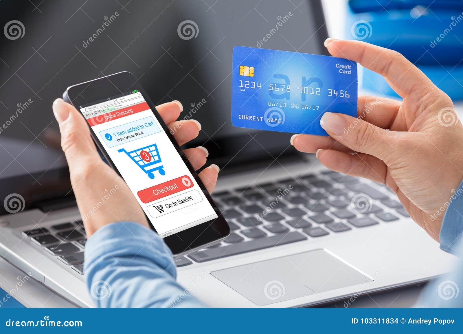 Kobieta Robi Online zakupy Używać Kredytową kartę