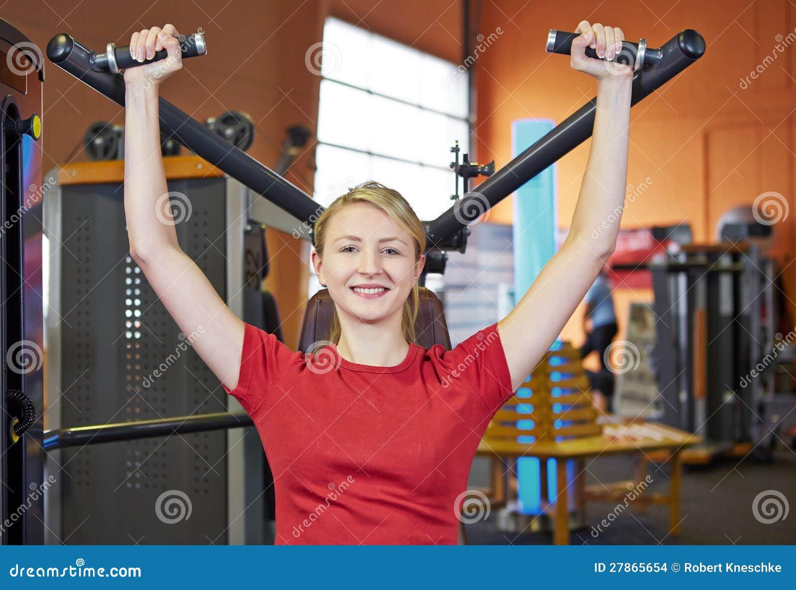 Kobieta robi tylnym ćwiczeniom dalej
