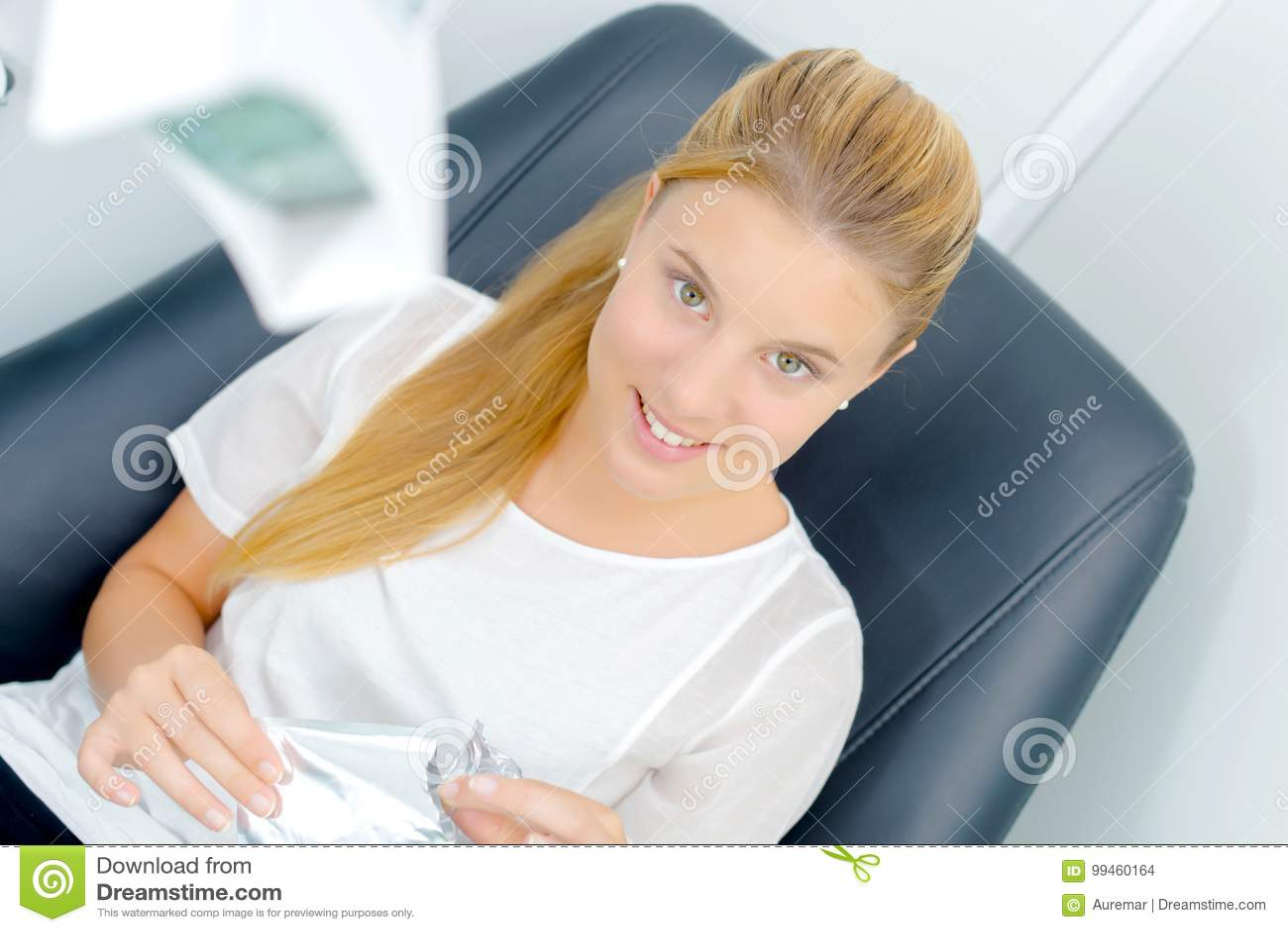 Kobieta siedząca w dentysty krześle