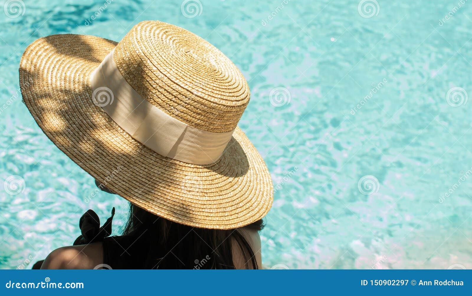 Kobieta siedzi obok basenu