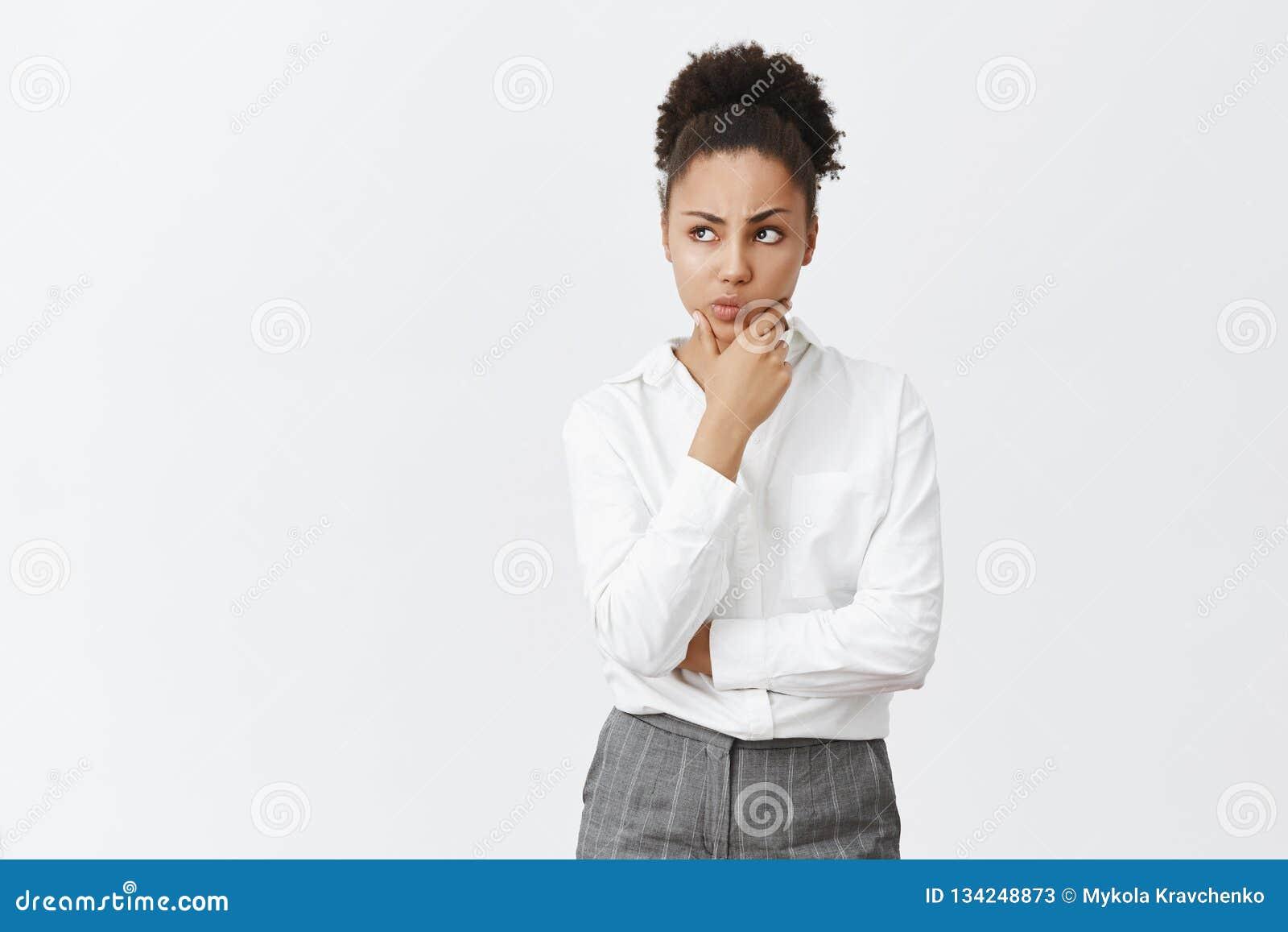 Kobieta skupiał się na umysle, myśleć czemu wyborowemu robi Rozważny atrakcyjny mądrze i kreatywnie kierownik w białej koszula i